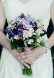 bukettbrudhjälp rymmer bilden gjort mål slappt bröllop Arkivfoto