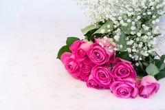 Buketten av blom- bakgrund för rosa rosor är den retro selektiva mjuka fokusen för förälskelsemjukhettappning Arkivfoto