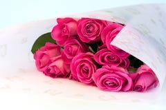 Buketten av blom- bakgrund för rosa rosor är den retro selektiva mjuka fokusen för förälskelsemjukhettappning Royaltyfri Foto