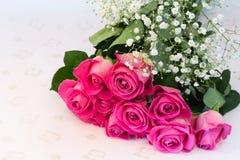Buketten av blom- bakgrund för rosa rosor är den retro selektiva mjuka fokusen för förälskelsemjukhettappning Royaltyfri Fotografi