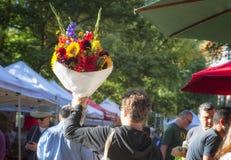Buketten av blommor rymde höjdpunkt för att tilldra köpare på bondefläcken royaltyfria foton
