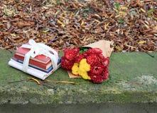 Buketten av chrysanthemums och en bunt av bokar arkivbilder