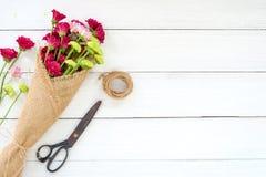 Buketten av den färgrika krysantemumet blommar på vit träbakgrund royaltyfri fotografi