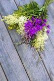 Buketten av det lösa sommarfältet blommar på en träbakgrund Royaltyfri Fotografi