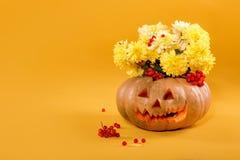 buketten av guling blommar i pumpa halloween Royaltyfria Foton