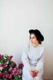 Buketten av lilan blommar i flickans hand Härlig flicka med ett l arkivfoton