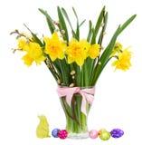 Buketten av påskliljor blommar med easter ägg Royaltyfri Fotografi