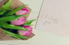 Buketten av rosa tulpan med anmärkningar ÄLSKAR JAG DIG Arkivfoton