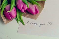 Buketten av rosa tulpan med anmärkningar ÄLSKAR JAG DIG Royaltyfria Foton