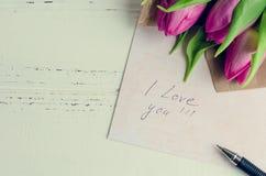 Buketten av rosa tulpan med anmärkningar ÄLSKAR JAG DIG Fotografering för Bildbyråer