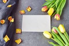Buketten av rosiga och gula tulpan på svärtar abstrakt bakgrund, med torra kronblad Utrymme för text Romanskt begrepp Royaltyfri Foto