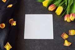 Buketten av rosiga och gula tulpan på svärtar abstrakt bakgrund, med torra kronblad Utrymme för text Romanskt begrepp Royaltyfria Foton