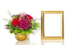 Buketten av steg blommor och den guld- ramen för din bild Royaltyfria Foton