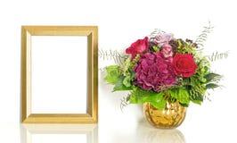 Buketten av steg blommor och den lyckliga födelsedagen för guld- ram Royaltyfri Bild
