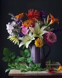 Buketten av trädgården blommar i en tillbringare 1 livstid fortfarande Royaltyfria Bilder