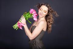 buketten blommar flickabarn Arkivfoto