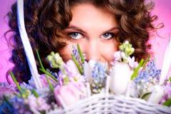 buketten blommar kvinnan Royaltyfri Foto