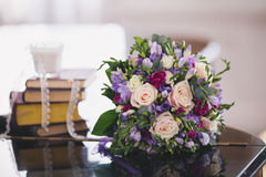 buketten blommar tabellen arkivbild