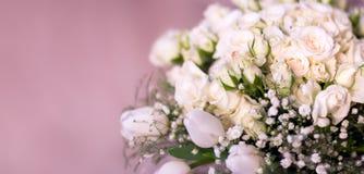 Buketten för brud` s, de vita rosorna, tulporna, de delikata blommorna, bruket som bakgrund eller texturen, mjuka pastellfärgade  Royaltyfri Foto