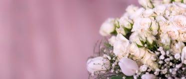 Buketten för brud` s, de vita rosorna, tulporna, de delikata blommorna, bruket som bakgrund eller texturen, mjuka pastellfärgade  Arkivfoto