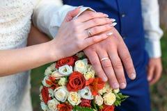 buketten hands att gifta sig för cirklar Royaltyfri Bild