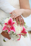 buketten hands cirklar tropiskt bröllop Arkivfoton