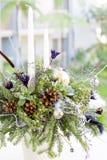 Buketten har julgranfilialer och konstgjorda blommor Arkivbilder