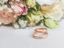buketten ringer bröllop Arkivfoto