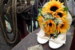 buketten shoes bröllop fotografering för bildbyråer