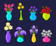 Buketter av blommor i vaser i plan stil Sommar och vårblommauppsättning blommar illustrationvektorn royaltyfri illustrationer