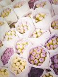 Buketter av lila blommor till marknaden Arkivbild