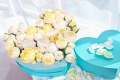 Buketter av pappers- blommor i kartonger Royaltyfri Fotografi