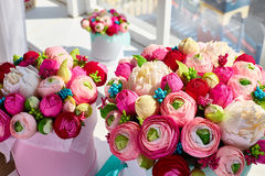 Buketter av pappers- blommor i runda kartonger Royaltyfri Fotografi