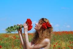 bukettvallmor som luktar kvinnabarn Fotografering för Bildbyråer