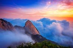 Bukhansan山在早晨雾和日出之前包括 免版税库存图片