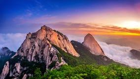 Bukhansan山在早晨雾和日出之前包括 库存图片