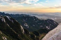 Bukhansan berg på solnedgången royaltyfria bilder