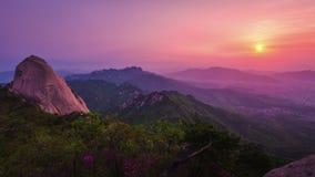 Bukhansanberg in Seoel bij Zonsopgang in de Ochtend in het Nationale Park van Bukhansan, Zuid-Korea Timelapse stock videobeelden