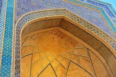 Bukhara: guld- båge för madrasa royaltyfria bilder