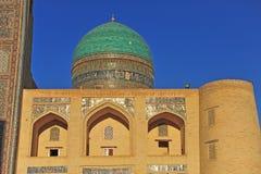 Bukhara: Madrasah del árabe del MIR i en puesta del sol Imagenes de archivo