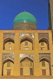 Bukhara: Miri Arab madrasah på solnedgång royaltyfria foton