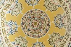 Bukhara, Usbequistão - 13 de março de 2019: Os elementos islâmicos tradicionais do ornamento pintaram para dentro da abóbada fotos de stock