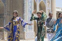 BUKHARA UZBEKISTAN, MAJ, - 25, 2018: Jedwab i pikantność festiwal 2018 Bukharian muzycy w miejscowy sukni tanu Zdjęcie Stock