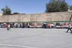 BUKHARA UZBEKISTAN, MAJ, - 25, 2018: Jedwab i pikantność festiwal 2018 Tradycyjnego uzbeka jedwabniczej tkaniny azjatykci sklep Fotografia Royalty Free