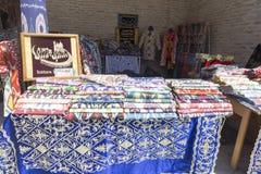BUKHARA UZBEKISTAN, MAJ, - 25, 2018: Jedwab i pikantność festiwal 2018 Tradycyjnego uzbeka jedwabniczej tkaniny azjatykci sklep w Obrazy Royalty Free