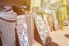 BUKHARA UZBEKISTAN, MAJ, - 25, 2018: Jedwab i pikantność festiwal 2018 Tradycyjnego uzbeka jedwabniczej tkaniny sklepu azjatykci  Fotografia Stock