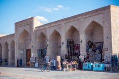 BUKHARA UZBEKISTAN - mars 19, 2015: Souvenir shoppar i streen Royaltyfri Bild