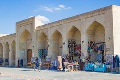 BUKHARA UZBEKISTAN - mars 19, 2015: Souvenir shoppar i streen Royaltyfria Foton