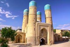BUKHARA UZBEKISTAN: Rödingminderårigmoskén arkivfoto