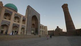Bukhara, Uzbekistan - 20 september 2015: monumental gates of the Poi Kalon Mosque and Minaret in Bukhara, Uzbekistan stock video footage